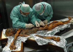 Nejslavnější pračlověk Ötzi a zajímavosti o něm… Jak se vlastně žilo v pravěku?